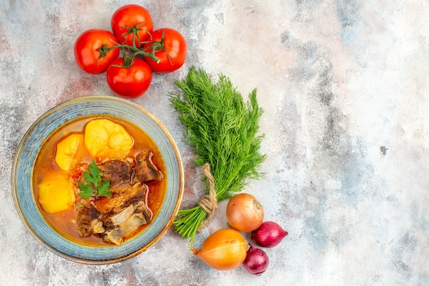 Vista de cima sopa bozbash caseira um monte de tomates e cebolas de endro em um espaço livre de fundo nu