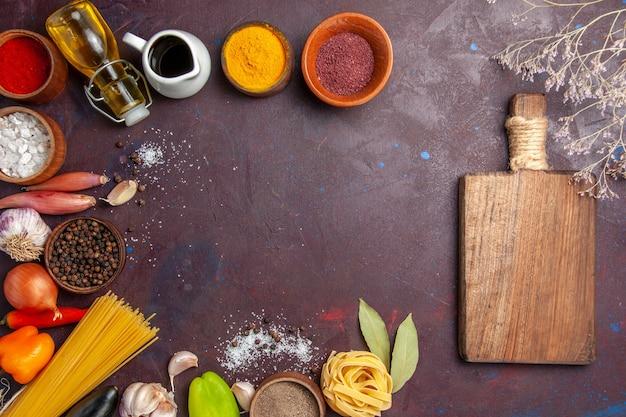 Vista de cima temperos diferentes com vegetais frescos em fundo escuro salada de comida picante saúde pimenta