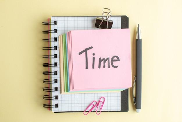 Vista de cima tempo nota escrita com papel colorido notas sobre fundo claro bloco de notas trabalho caneta escola escritório trabalho caderno dinheiro banco cores