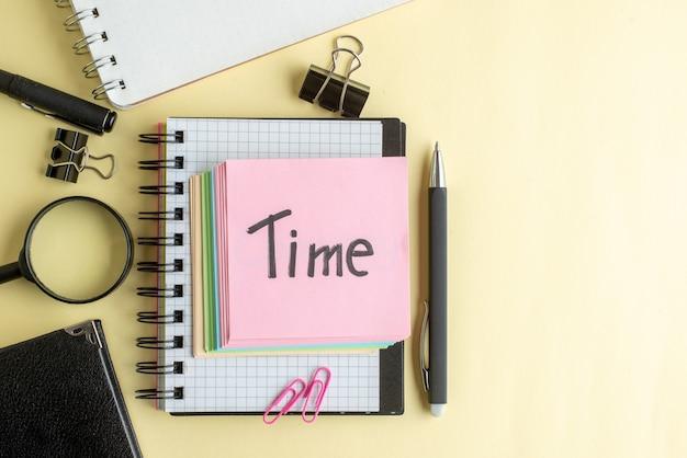 Vista de cima, tempo, nota escrita junto com pequenas notas de papel coloridas sobre fundo claro bloco de notas trabalho caneta escola escritório negócios dinheiro cor trabalho caderno