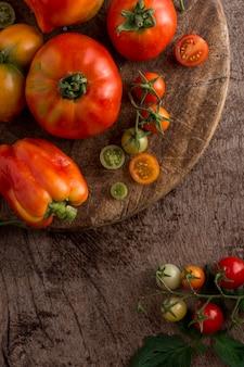 Vista de cima, tomates e pimentas