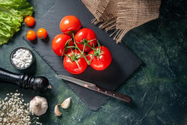 Vista de cima tomates vermelhos frescos na superfície escura jantar salada madura crescer refeição foto cor de comida