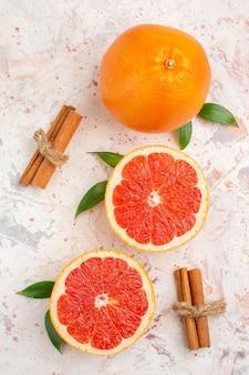 Vista de cima toranjas cortadas com toranja fresca e canela na superfície nua