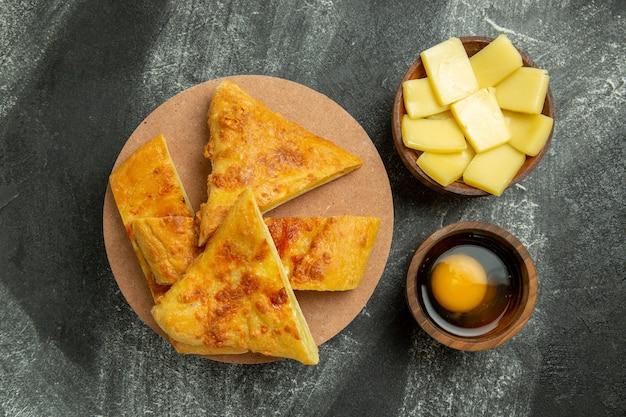 Vista de cima torta fatiada com queijo no fundo cinza comida refeição pastelaria assar forno biscoito doce