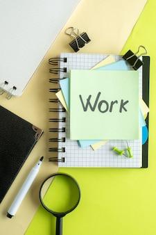 Vista de cima trabalho nota escrita em adesivos em um fundo verde-amarelo faculdade trabalho escritório caderno cor escola negócios dinheiro foto salário