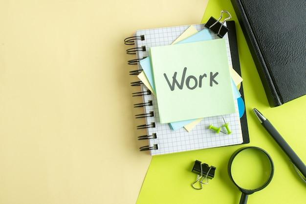 Vista de cima trabalho nota escrita em adesivos no fundo verde-amarelo faculdade trabalho escritório caderno colorido foto escolar negócio dinheiro salário
