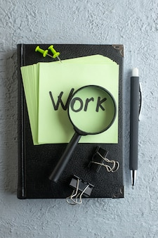 Vista de cima trabalho nota escrita em adesivos verdes com bloco de notas e lupa no fundo branco faculdade cor trabalho escola escritório cadernos de negócios