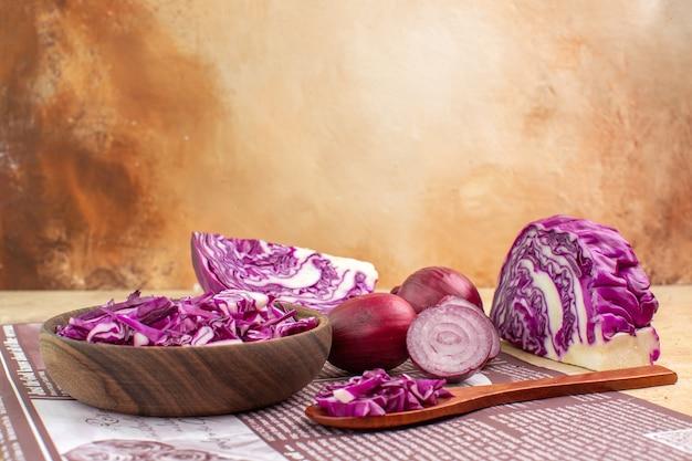 Vista de cima um conceito com cebola fresca e uma tigela de repolho roxo picado para salada de legumes caseira com espaço para texto