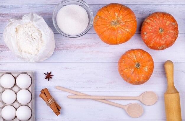 Vista de cima, utensílios de cozinha planos e ingredientes para cozinhar torta de abóbora.