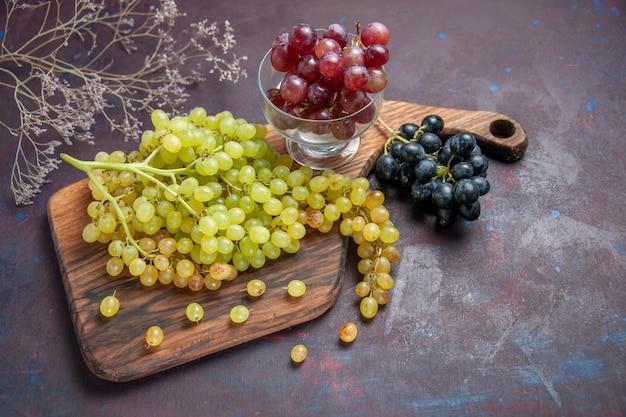 Vista de cima uvas frescas maduras na superfície escura vinho uva fresca planta de árvore de fruta madura