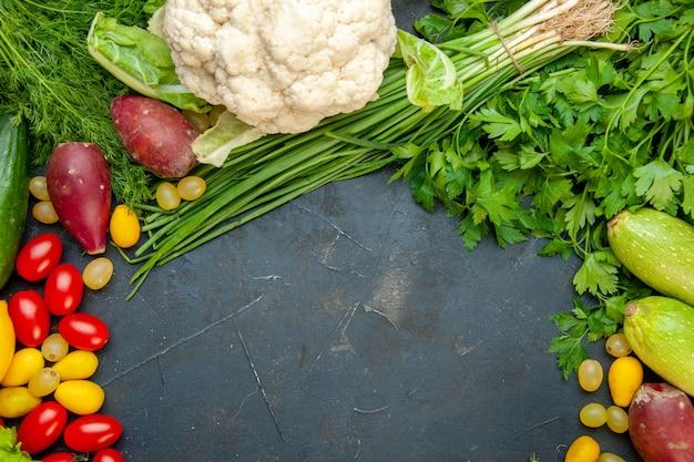 Vista de cima vegetais frescos, tomates cereja, couve-flor, salsa, abobrinha, endro, espaço livre