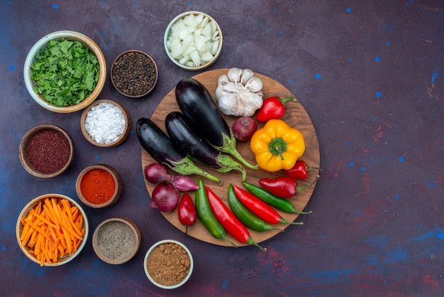 Vista de cima verduras e temperos com cebolas fatiadas e vegetais frescos na mesa escura salada comida refeição vegetal lanche