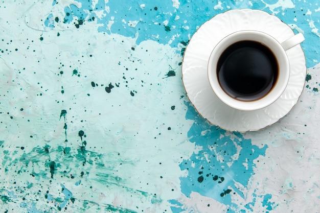 Vista de cima xícara de café bebida forte e quente no fundo azul claro bebida café cacau foto colorida sono