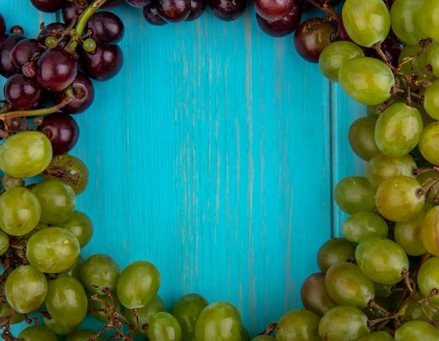 Vista de close-up de uvas em forma redonda em fundo azul com espaço de cópia