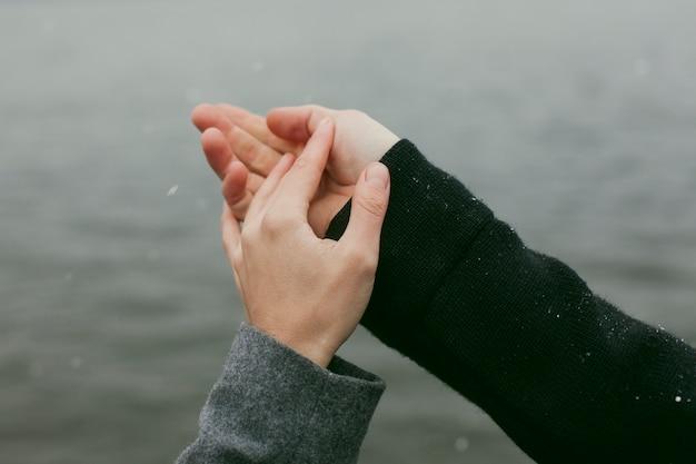 Vista de close-up do conceito de mãos de casal