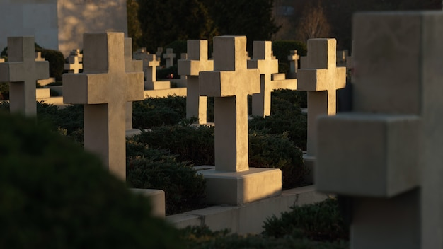 Vista de cruzes em túmulos ao pôr do sol