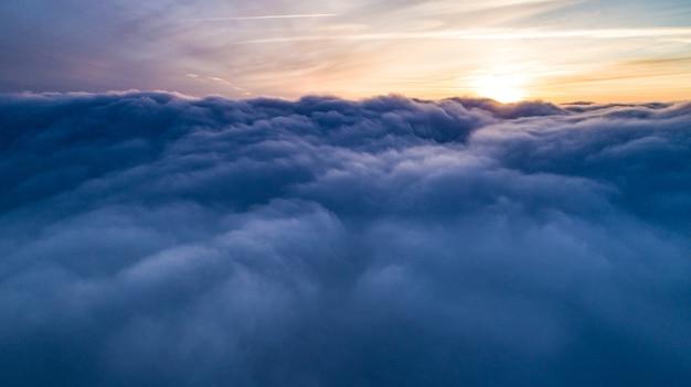 Vista de cúmulos azuis no inverno ao pôr do sol