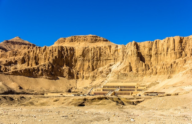 Vista de deir el-bahari, um complexo de templos mortuários no egito