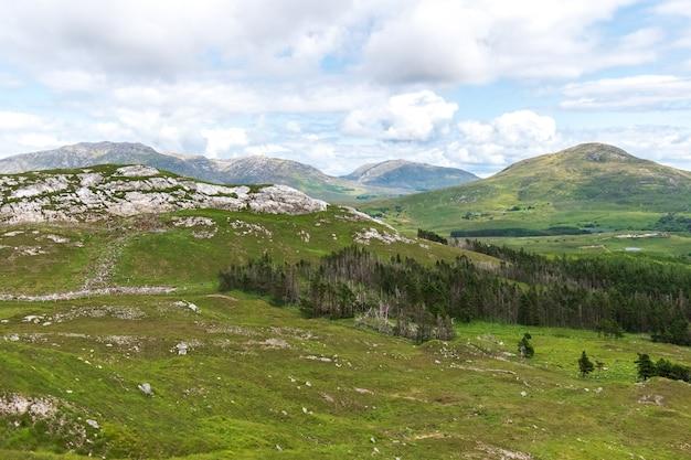 Vista de derryclare nature resrve do cume da montanha de derryclare.