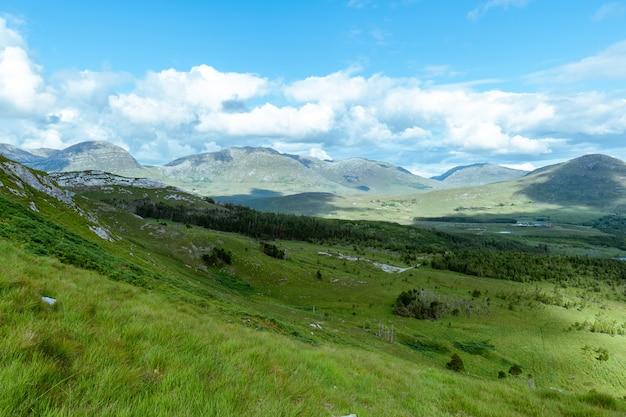 Vista de derryclare nature resrve do cume do monte derryclare.
