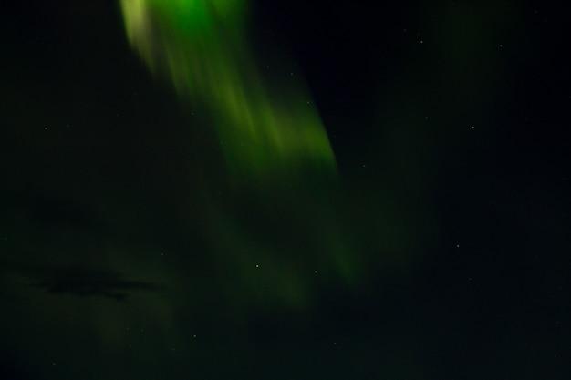 Vista de detalhe da aurora boreal da islândia. aurora boreal. aurora verde
