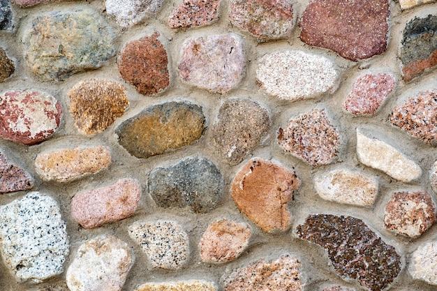 Vista de detalhe de uma parede feita de pedras diferentes
