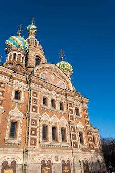Vista de dia claro sobre a igreja de nosso salvador do sangue derramado, chamada spas-na-krovi em russo em são petersburgo