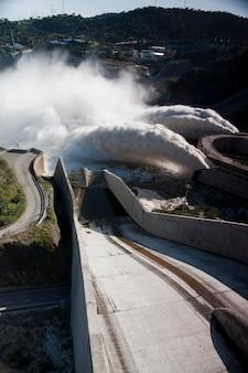 Vista de dois jatos poderosos da água na represa de alqueva, portugal.