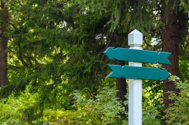 Vista de dois sinais direcionais de madeira