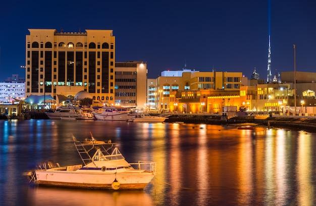 Vista de dubai creek à noite, emirados árabes unidos
