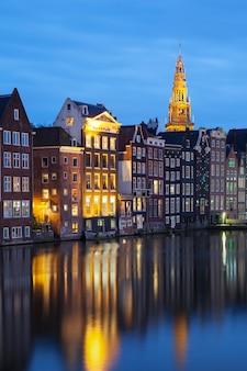 Vista de edifícios antigos tradicionais em amsterdã
