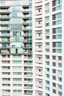 Vista de edifícios com janelas e varandas