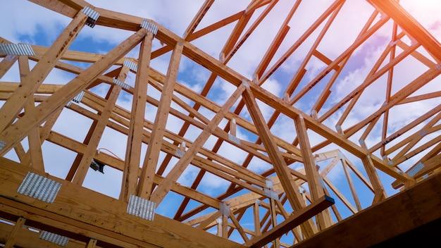 Vista de enquadramento residencial casa na nova casa de madeira em construção