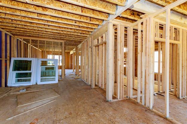 Vista de enquadramento residencial em casa na casa nova de madeira em construção