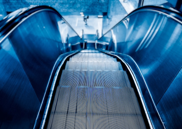 Vista de escada rolante em tom azul