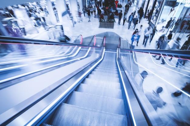 Vista de escadas rolantes no centro comercial em movimento