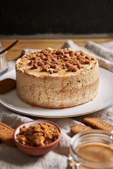 Vista de foco seletivo de um delicioso bolo de biscoito de lótus com caramelo com biscoitos na mesa
