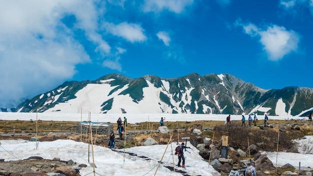 Vista de fora para paisagem neve wlall de estação de murodo