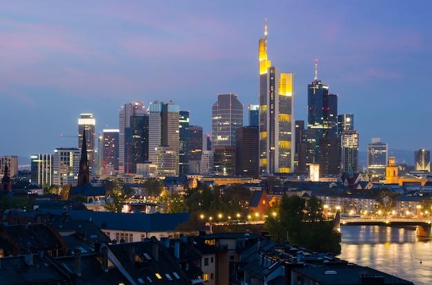 Vista, de, frankfurt am, principal, skyline, em, anoitecer, ao longo, rio principal, com, navio cruzeiro, em, frankfurt, alemanha