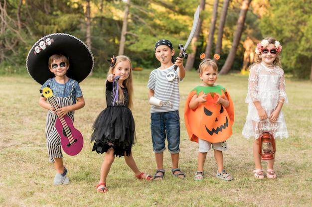 Vista de frente para as crianças costumavam no halloween