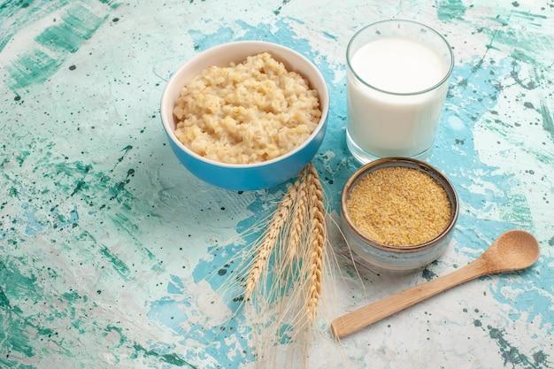 Vista de frente saboroso mingau com leite na mesa azul café da manhã refeição comida leite