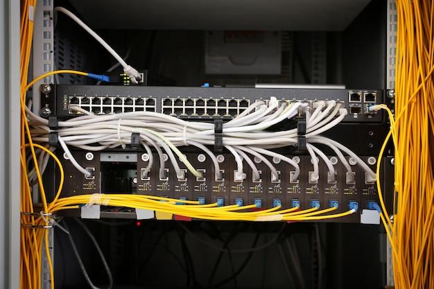 Vista de gabinete aberto com fios na sala do servidor, close-up