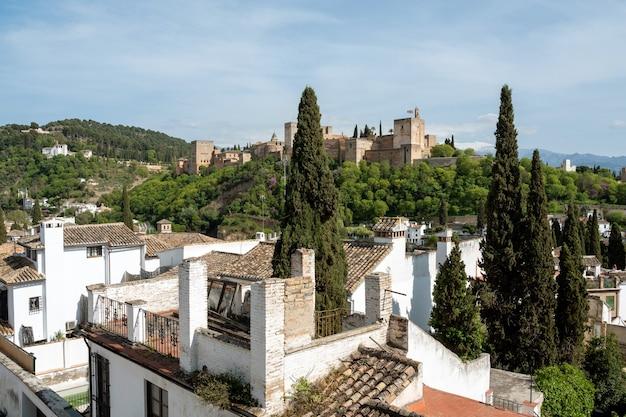 Vista de granada da cidade de albayzin com alhambra em um dia ensolarado. andaluzia, espanha