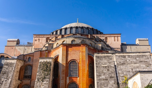 Vista de hagia sophia, basílica patriarcal cristã, mesquita imperial e museu em istambul, turquia