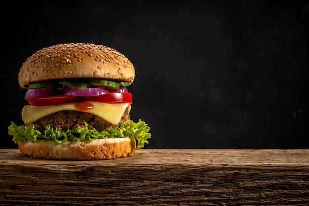 Vista de hambúrguer saboroso fresco na mesa rústica de madeira