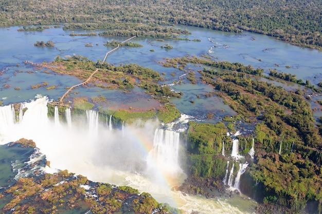 Vista de helicóptero do parque nacional das cataratas do iguaçu, argentina. patrimônio mundial. viagem de aventura na américa do sul