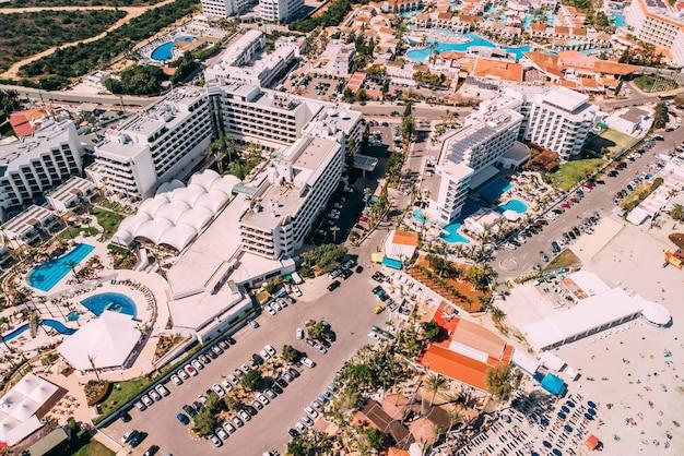 Vista de hotéis e vilas de luxo com piscina em ayia napa, chipre, tiro por drone