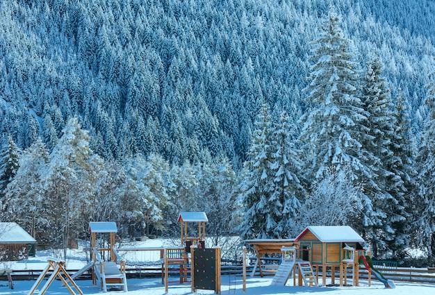 Vista de inverno campestre com playground (áustria, tirol, vila de haselgehr)
