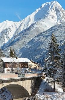 Vista de inverno da vila de haselgehr (áustria, tirol)
