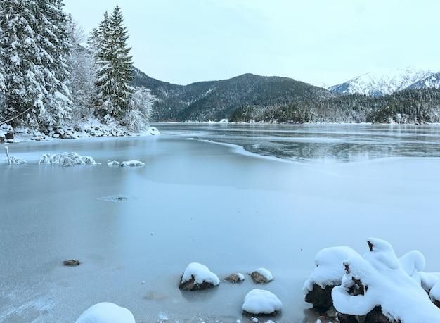 Vista de inverno do lago eibsee com gelo fino na superfície da água, baviera, alemanha.